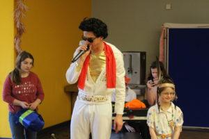 Elvis führte durch das Programm